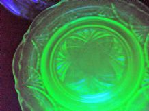 5 VINTAGE STRONG GREEN GLOW URANIUM VASELINE GLASS SIDE PLATES HAZEL ATLAS LACE